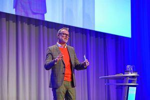 Bernhard Schöner, Leiter Marketing bei Daikin, führt durch das Programm.<br />