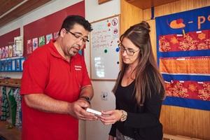 Manuel Benitez demonstriert Kita-Leiterin Diana Wasl wie einfach temporär abweichende Wohlfühltemperaturen eingestellt werden können