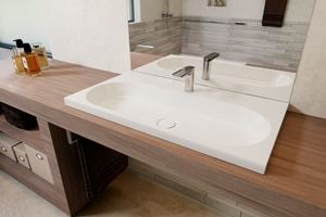 Rechts: Waschtische sollen künftig unterfahrbar sein. Die DIN 18040-2 verlangt das bequeme Sitzen an einem Waschtisch mit Mindestausladung von 55 Zentimetern sowie Beinfreiheit
