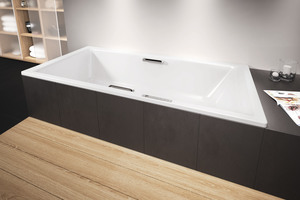 Links: Für alle, die genügend Platz im Badezimmer haben und sich zusätzlich die Option von entspannenden Bädern erhalten wollen, empfehlen sich breite Wannenränder sowie Stütz- und Haltegriffe