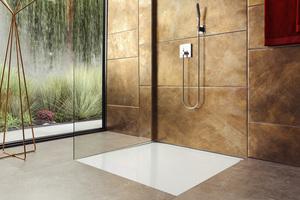 Eine bodenebene Dusche mit schwellenfreiem Einstieg steht im Mittelpunkt einer barrierefreien Badgestaltung