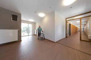 Ausgewählte Wände sind in einem Grauton (3D Palazzo 40) gestaltet, im Flurbereich sorgt ein warmer Orangeton (3D Amber 70) für Orientierung