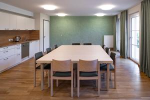In den Gemeinschaftsräumen wurden einzelne Wände als Blickfang mit Calcino Romantico (Farbton 3D Oase 50) gestaltet – mal in einem Grünton, mal in grün-grau (Farbton: 3D Mai 15).