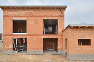 Die exakt geklebten Wände werden sauber und trocken auf die Baustelle geliefert, damit verringern sich die Vorarbeitszeiten beim Putzauftrag
