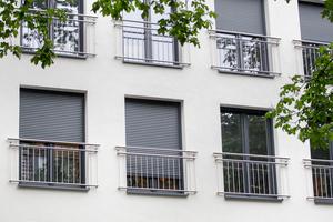 Auch in größeren Wohnhäusern schützen Rollläden vor Blicken und starker Sonneneinstrahlung