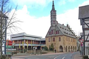 Rathaus Korbach mit dem nicht mehr zeitgemäßen Anbau aus den 1970er-Jahren