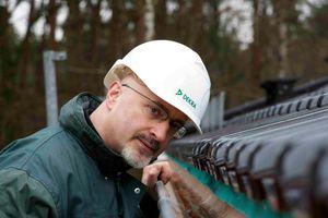 Ein Fachmann von DEKRA prüft das Dach auf Sturmsicherheit