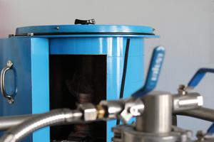 Im Hintergrund die Bleiburgabschirmung (blau) des Detektors zur Verringerung der Untergrundstrahlung. Vorne: Versorgungseinrichtung für Flüssigstickstoff, der den Detektor auf ca. -190°C herunterkühlt