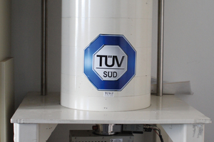 Gammaspektrometrie-Detektor umgeben von einer Bleiburg (weißer Zylinder). Unten befindet sich eine elektrische Kühlung