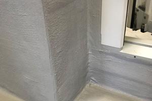 Links: Laut DIN 18531 ist die Dichtigkeit und Dauerhaftigkeit der abgedichteten Fläche wesentlich von der Funktionsfähigkeit der Details abhängig