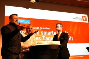 """Andreas R. Fischer (links) und Michael Christmann (Mitte) diskutierten mit Baumit-Marketingleiter Sebastian Rettke unter der Überschrift """"Digitalisierung praktisch gestalten"""" darüber, wie Unternehmer ihr digitales Tagesgeschäft organisieren können"""