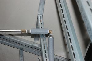Der Übergang vom Edelstahlsystem NiroSan auf eine flexible Anbindeleitung für ein Sanitärobjekt, umgesetzt mit 3fit-Press und Multifit-Flexrohren