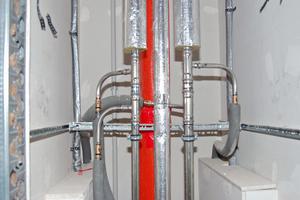 Das hochwertige Edelstahlsystem NiroSan wurde mit bleifreien Fittings aus Siliziumbronze verarbeitet