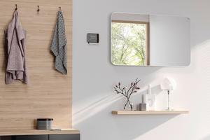 Der Infrarotheizkörper Elveo mit Spiegelfront integriert sich als vollwertiges Einrichtungselement in den Raum