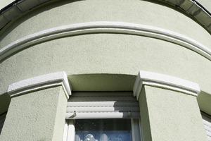 Die Fassadenflächen erhielten einen hellen Grünton, die Stuckornamente und die Gesimsbänder wurden weiß abgesetzt