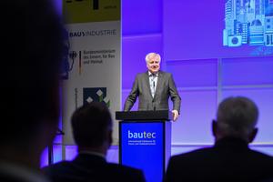 """Bundesbauminister Horst Seehofer spricht im Februar 2020 auf der """"bautec"""""""