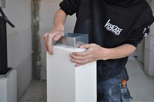 """Einfach gestaltet sich die Montage des L<sub>A</sub>30-Leichtbausystems """"PolyCase"""": Die Verbindung der Elemente erfolgt mittels Steckverbinder. Stoßstellen werden mit einem speziellen Brandschutzkleber verklebt und abgedichtet."""