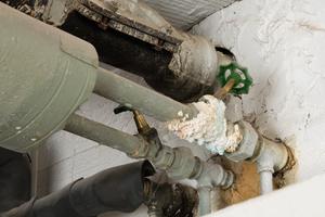 Eine Kontamination des Rohrleitungsnetzes kann bei trinkwasserhygienisch problematischen Betriebsbedingungen prinzipiell überall entstehen, unabhängig von der Leitungslänge. Aber mit größter Wahrscheinlichkeit in Altinstallationen wie dieser.