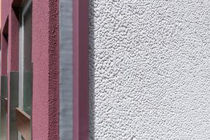 Im Spiel mit den starken Akzentfarben nehmen sich die Fassadenflächen in dezenten Graunuancen zurück