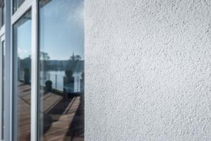 Die biozidfreien, hydrophil eingestellten Fassadenputze von Weber sorgen dank AquaBalance-Technologie...