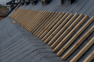 Es werden keine dicken Traufbohlen eingesetzt. Die PIR-Wärmedämmelemente werden mit der Konterlattung direkt über spezielle PIR-Systemschrauben in mit BauderPIR FA TE überdämmte Schubhölzer verankert