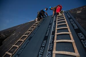 Die kaltselbstklebende BauderTEC KSA dient als Trennlage zwischen dem Beton und der darüber liegenden neuen Wärmedämmung und schützt die als Dampfsperre dienende Alu-Kaschierung vor alkalischen Einflüssen