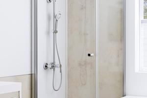 Rechts: Eine neue Dusche neben der Badewanne, schnell installiert