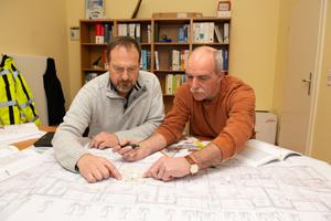 Planer Hans-Jörg Schiewek (IGH; links) und Matthias Linke suchten nach einer Lösung für das Hygienerisiko, das durch die Flächenheizung im Fußbodenaufbau für die parallel geführte Trinkwasser-Installation bestand