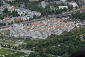 Liegt mitten im Grünen, auf dem Moabiter Werder an der Spree, gegenüber dem Tiergarten: der Neubau des Bundesinnenministeriums in Berlin