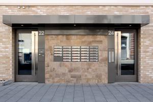 Die Erdgeschossfassaden erhielten eine Vormauerschale aus unterschiedlichen Klinkerriemchen