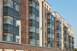 Die verglasten Vorbauten sowie die Farbakzente des Klinkers staffeln den Gebäudekomplex