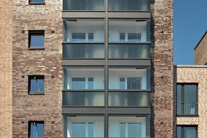 Die Kombination aus Brüstung und beweglichen Glaselementen schützt effektiv vor Schall