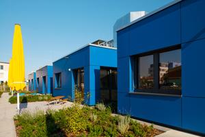Die Gruppenräume in Richtung Garten lösen sich als kleine Häuschen aus der Gesamtansicht – sie geben dem Gebäude Struktur und sorgen für kindgerechte Proportionen