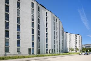 Der horizontale Besenstrichputz relativiert die Höhe der Gebäude optisch