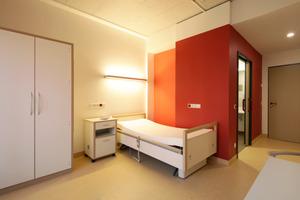 Architektur und Innenraumgestaltung folgen beim Psychiatrischen Pflegeheim der Klinik DR. FONTHEIM GmbH konsequent dem Pflegekonzept: Die Farbe Rot weist dem Bewohner den Weg zum Sanitärbereich