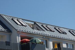 Die thermisch nicht getrennten betonierten Balkonkragplatten wurden entfernt und durch neue, mittels Stahlstützen-Konstruktion vor die Fassade gestellte Balkone ersetzt
