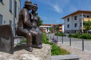 Rechts: Diverse Kunstobjekte im Quartier beleben den Austausch unter den Bewohnern