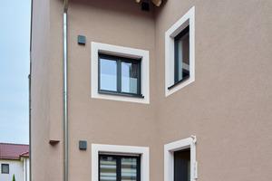 Auch auf der Hofseite des Hauses wird das Farbkonzept fortgesetzt. Bestehende und angebaute Gebäudeteile werden so harmonisch miteinander verschmolzen
