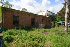 Gartenansicht mit dem (im Mai 2019) noch im Bau befindlichen Wohnhaus