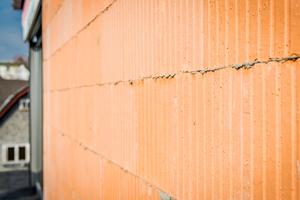 Ohne Mörtel: Poroton-Ziegel werden im Dünnbettverfahren gemauert