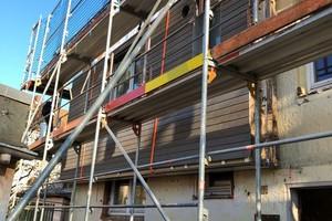 Die Fassadenelemente beinhalten neben einer umfassenden Dämmung aus Recycling-Glaswolle auch die Fenster und dezentrale Lüftungselemente mit Wärmerückgewinnung