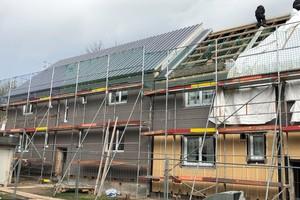 Auch die Dachelemente wurden vorgefertigt: Erste Teile werden hier montiert und im nächsten Schritt mit einer PV-Anlage ergänzt