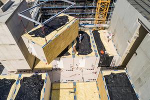 Eine schon vor Baubeginn im Detail abgeschlossene Planung im Zusammenhang mit einem genehmigungsfähigen Brandschutzkonzept machte diese neue, zeitsparende Holzmodulbauweise möglich