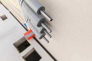 Exakt zu den Versorgungsleitungen, die aus den Modulen herausgeführt werden, sind in den Flurdecken die Ausschalungen für die Steigleitungen eingeplant
