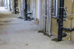 In den Fluren werden Trockenbauwände (F60) eingezogen und bilden damit die Steigeschächte. Eine spezielle Brandschutzabschottung der Leitungsdurchführung der Holzmodule ist deshalb nicht erforderlich