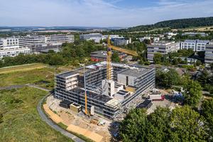 Das Studentenwohnheim in Göttingen ist in Hybridbauweise erstellt: Erdgeschoss, Treppenhäuser und die Decken notwendiger Flure sind aus Stahlbeton, die Raummodule aus Massivholz
