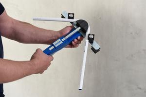 Der mehrschichtige Aufbau mit dem nahtlos gezogenen Aluminium-Innenrohr erlaubt ein präzises Biegen des Rohres