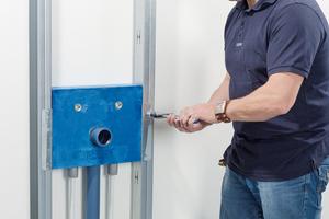 Die Installation von Waschtisch-Anbindungen ist durch die Installationsboxen Uponor Smart ISI in nur fünf Minuten möglich
