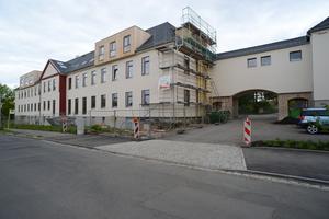 Teilansicht der Wohnanlage von der Eduard-Rosenthal-Straße aus. Blick nach Osten. Rechts das Tor mit darüber liegender Wohnung als Zufahrt zum Areal<br />