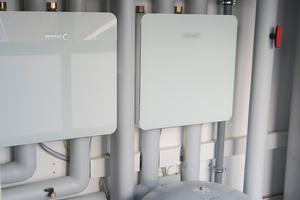 Links: Die Hydrobox ist das hydraulische Bindeglied zwischen Wärmepumpe und Pufferspeicher. Hier wurde für jeden Wärmeerzeuger eine eigene Hydrobox installiert